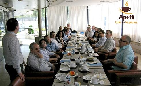 O Café com Negócios ocorre toda última sexta-feira do mês e objetiva uma maior interação entre associados, diretoria e parceiros, num ambiente de descontração.