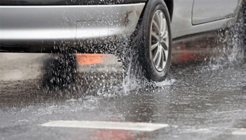 Resultado de imagem para chuva carro asfalto